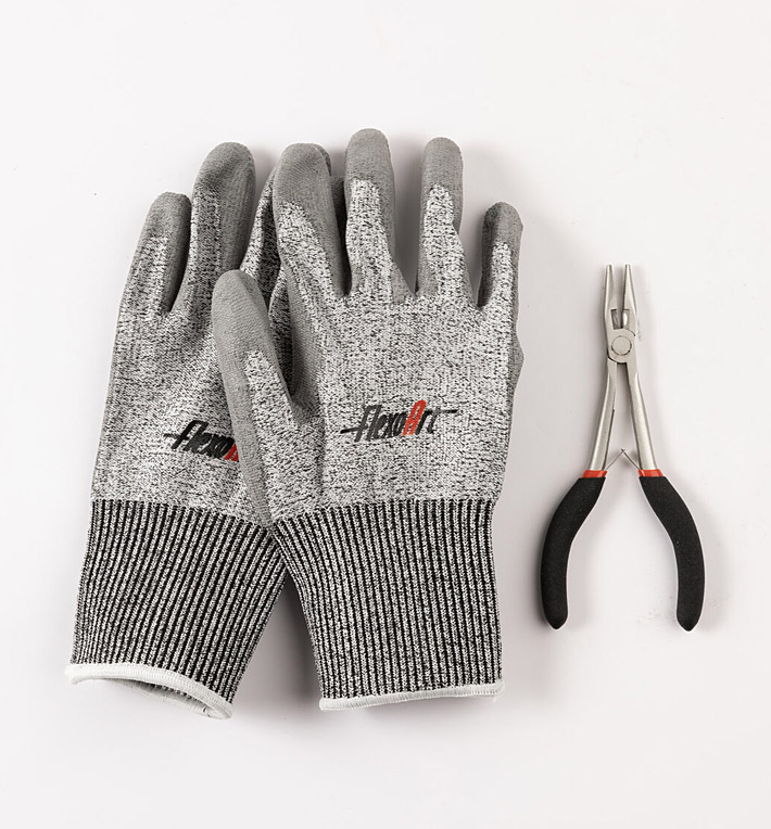 FlexoArt - Gloves and pair of pliers